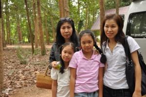ครอบครัวเที่ยงรอดรายมาร่วมกันถวายพระไตรปิฎก