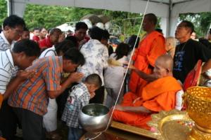 IMG 0346 สาธุชนผู้มาร่วมงานเททองหล่อระฆัง เข้ารับน้ำพระพุทธมนต์จากหลวงพ่อหวล วัดพุทไธศวรรย์
