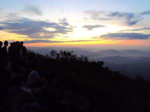 พระอาทิตย์ขึ้น บรรยากาศแห่งความสุข สงบ ก็มีความสวยงามไม่น้อยกว่าที่ใดๆ