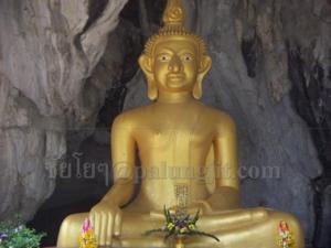 พระพุทธรูปด้านหน้าถ้ำ