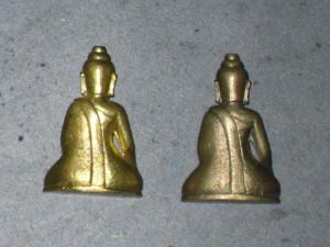 พระจอมขวัญ เนื้อทองล่ำอู่ สีออกสีทอง และ เนื้อทองแดงผิมเดิมด้านหลัง
