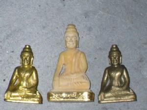 พระจอมขวัญงาตรงกลาง ขวามือคือเนื้อทองล่ำอู่ ซ้านมือคือเนื้อทองแดงผิวเดิม