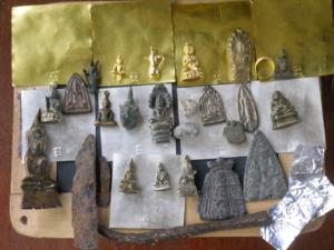 ชนวนมวลสารศักสิทธิ์ สำคัญ 1.แผ่นทองคำ 4 แผ่นหลวงปู่จารมือน้ำหนัก 4 บาท และ พระยอดธงทองคำ กาน้ำทองคำ พระกริ่งโบราณแก่ทองคำ พระกรุนาดูลอายุ 5,000 กว่าป