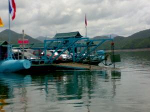 จะต้องนำรถลงเรือไปอีกฝั่ง  เพื่อจะไปนำรถไปจอด  แล้วลงเรือ....ไปแพกลางน้ำ