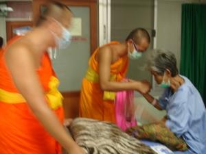 พระอาจารย์ณัฏฐนันท์ เยี่ยมและให้กำลังใจผู้ป่วยในโรงพยาบาลป่าซาง
