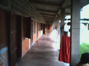 ทางเดินหน้าห้องพักในหอหญิง