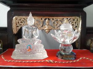 รูปนี้เป็นพระพุทธรูปแก้วครับ  บูชามาจากวัดท่าซุงเหมือนกันครับ