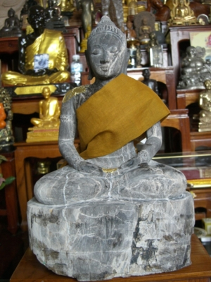 พระพุทธรูปทำจากไม้กลายเป็นหิน