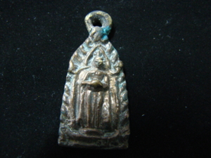 เหรียญหล่อประจำ วันพุธ(กลางวัน) ปางอุ้มบาตร ปี 2484