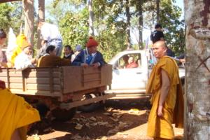 DSC06656 พระพม่าและอุบาสกมาร่วมนำพระไปยังเมืองหาง