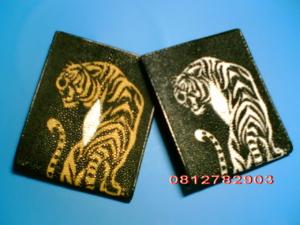 กระเป๋าหนังปลากระเบน สีดำ ลายเสือ