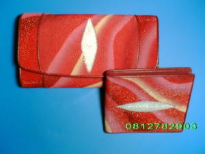 กระเป๋าหนังปลากระเบน สีแดง เพ้นท์ลายคลื่น 3พับ ใบยาว/ 2พับ ใบสั้น