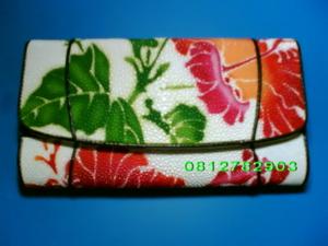 กระเป๋าหนังปลากระเบน 3พับ ใบยาว สีขาว เพ้นท์ลายดอกชบา