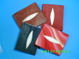 กระเป๋าหนังปลากระเบน สีแดง/น้ำเงิน/น้ำตาล/แดงเพ้นท์ลายคลื่น