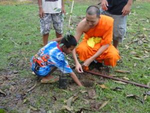 หลวงปู่ท่านได้เป็นแบบอย่าให้กับเยาว์ชนด้วยการ นำหลานๆปลูกต้นไม้เพื่มผืนป่าให้แผ่นดิ