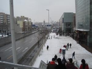 หน้าห้าง หิมะตกหนักมาก ลื่นกันเป็นแถว