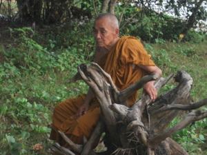 หลวงพ่อธี วิจิตฺตธมฺโม ไม่เคยยุ่งยากในเรื่องการนั่ง การเป็นอยู่ใด ๆ