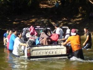 ฮุ้ยเลฮุย สองสาวบนรถไม่สบายก็ช่วยลุ้น กุ๊กกิ๊กติดล้ออยู่เห็นป่ะ?