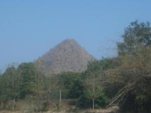ภูเขาทรงปิรามิด อุทัย