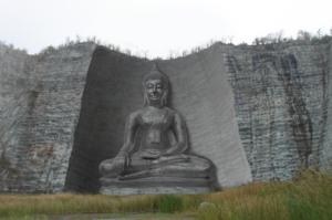 ภาพจำลองพระพุทธรูปแกะสลักภูผาใหญ่ที่สุดในโลก ณ หุบผามังกรบิน บริเวณเทือกเขาอู่ทอง จ.สุพรรณบุรี