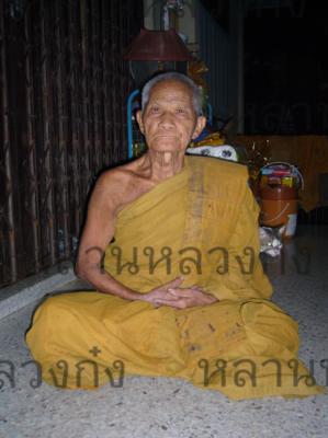 ภาพถ่าย ก่อนอาพาธ (กุมภาพันธ์ 2554) ที่หน้ากุฎิฯ