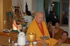 หลวงปู่ท่อนเมตตารับพระแก้วในขณะที่พักรักษาองค์อยู่ ร.พ. วิชัยยุทธ