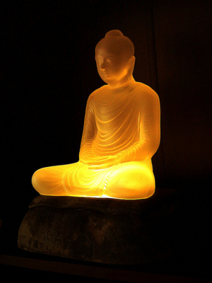 เมื่อใช้หลอดสีเหลืองเข้มรุ่นโมเต็ล แสงก็จะออกมาอย่างนี้ แก้วไม่ได้เปลี่ยนสี แต่เมื่อแสงมีความเข้มต่างกันก็จะให้ผลต่างกัน