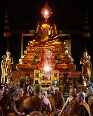 พระแก้วประดิษฐานในพระอุโบสถแห่งหนึ่ง วางบนโต๊ะหมู่บูชาและเปิดแสงไฟสว่างออกจากองค์พระแก้ว