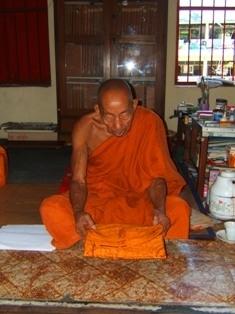 หลวงตาอุอาสะพะ อุอาสะโภ เจ้าอาวาศวัดมูลทรายพม่า อ.เมือง จ.เชียงราย ท่านเป็นพระที่สืบสายมาจากประเทศพม่า ซึ่งวัดนี้ก็เป็นวัดเก่าแก่ตั้งแต่สมัยล้านช้าง