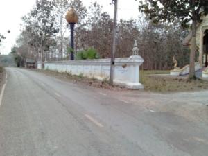 กำแพงวัดแม่ยางใหม่บริเวณหน้าวัดติดถนนภายในหมู่บ้าน