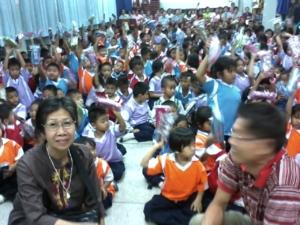 ไปแจกกล่องดินสอให้เด็กๆ ที่รร.ประถม เมื่อวันเด็กปี2555 นี้นะค่ะ ประทับใจได้ยิ้มค่ะ ที่เห้นผู้รับมีความสุข