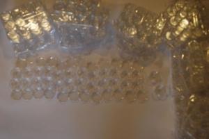 ส่วนหนึ่งของตลับพลาสติกแก้ว วางเรียงกันเตรียมไว้สำหรับพร้อมใส่พระบรมสารีริกธาตุ