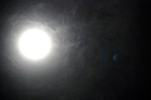 ดวงจันทร์ ถ่ายได้ในคืนวันวิสาขะ 7 มีนาคม ชลบุรี  สามีคุณเอ้อ ถ่ายไว้