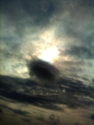 8 มีนาคม 2012 - ประมาณเวลา 9 นาฬิกา ถ่ายจากมอเตอร์เวย์กำลังจะไปชลบุรี  เมฆลอยต่ำ ต่ำกว่าระดับเมฆปกติและมีการหมุนรอบตัวเอง ตรงรอบนอก รอบในอยู่นิ่งๆ แ