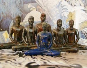 พระธรรมกาย สิริราชธาตุ  พระธรรมกาย องค์ หน้าสุด สีน้ำเงิน แกะสละก จาก ลาปิส ลาซูลี่ (Lapis Lazuli) ขนาดหน้าตัก 3 นิ้วครับ  พระธรรมกาย องค์ สีน้ำตา