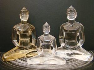 พระแก้วควอตซ์ ปางสมาธิ ศิลปะธรรมกาย เป็นพระแก้ว ของทางวัดธรรมกายครับ  องค์ ซ้ายสุด เป็นองค์พระที่แกะจากควอตซ์สีเหลืองทอง (Golden smoky quartz) ขนาด
