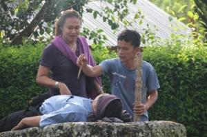 สาธิตการฆ่าคนที่ทำความผิด พอตายแล้วเก็บไว้ 7 วันเอาเนื้อมาแร่แจกทั้งหมู่บ้าน เอากระดูกลอยทะเลสาป (ห้ามใช้น้ำในทะเลสาป 7 วัน)   ทีแรกมัดมือมัดตา เอาน