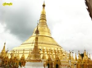 เจดีย ชเวดากอง  มาจาก ภาษา พม่าที่ชื่อว่า ส่วยดาก่ง ครับ แปลได้ว่า เจดีย์ทองคำ ครับ แต่คนไทยเรียก เพี้ยน เสียงไปเป็น ชเวดากอง ครับ