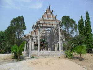 พระวิหารทรงล้านนา  คณะศรัทธาได้ร่วมกันก่อสร้างโครงสร้างใหญ่แล้ว แต่ขาดปัจจัยก่อสร้างอีกมากมาย