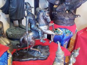 ร้านมิ่งมงคล ตั้งอยู่ที่ สวนศรีพลาซ่า (หลังซีคอนสแควร์) ถนนศรีนครินทร์ ซอย 51 จำหน่าย ศิลปะวัตถุประเภทโลหะ พระพุทธรูป ผลงานของมิ่งมงคลนั้น อธิบายได้
