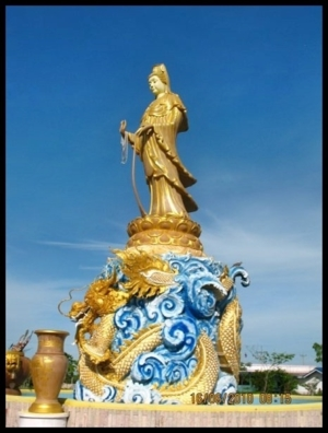อุทยานโพธิสัตว์ธรรม (พระแม่กวนอิม) แกะสลักด้วยหินเนื้อทราย ก้อนเดียวจากโคราช จ.นครราชสีมา แกะสลักโดยช่าง อ่างศิลา ใช้เวลาแกะสลัก สองปี