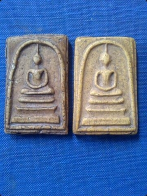 ด้านหน้า ข้างซ้ายเป็นเฟื้องเงิน ด้านหน้า ข้างขวาเป็นเฟื้องทองคำ
