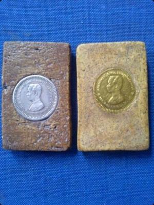 ด้านหลัง ข้างซ้ายเป็นเฟื้องเงิน ด้านหลัง ข้างขวาเป็นเฟื้องทองคำ