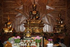 พระประธานในโบสถ์พระนามว่า พระพุทธบรมสุขโข กับพระบรมสารีริกธาตุ