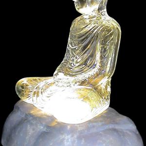 9 inches width mouth blown glass-buddha พระพุทธรูปแก้วหน้าตัก 9 นิ้วซึ่งเป็นขนาดที่ใหญ่ที่สุดของโลกในสายการสร้างพระจากแก้วที่หลอมจากทราย สร้างด้วยการ
