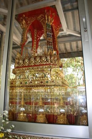 พระบรมสารีริกธาตุของพระพุทธเจ้าทั้ง 28 พระองค์ พร้อมทั้งพระปัจเจกพระพุทธเจ้าอีก 4 พระองค์ รอจะประดิษฐาน ในพระบรมธาตุเจดีย์ที่จะสร้างค่ะ