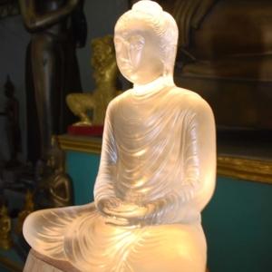 พระแก้วคริสตัลตันองค์แรก ๆ ที่สร้างสำเร็จถวายไว้ในพระพุทธศาสนา
