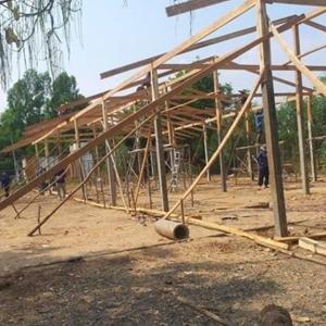 ชาวบ้านช่วกันสร้างอาคารเรียนชั่วคราวให้กับโรงเรียน