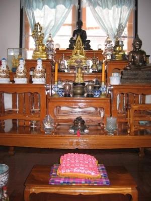 โต๊ะหมู่บูชา พระประธานที่บ้านเป็นหลวงพ่อเชียงแสน
