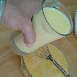 5.เทน้ำข้าวโพดเลงในไข่ที่ตีไว้ เติมเกลือ+พริกไทยเล็กน้อยติมเกลือพริกไทย
